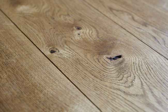 oak-flooring-knot-close-up