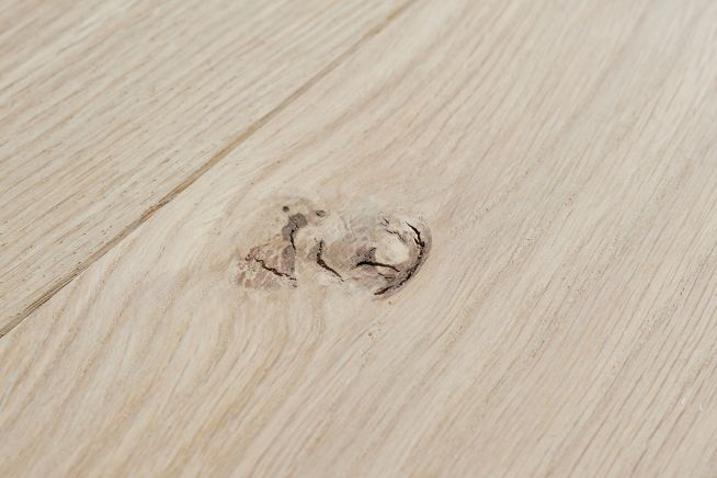 unfinished-select-grade-oak-flooring-knot-close-up